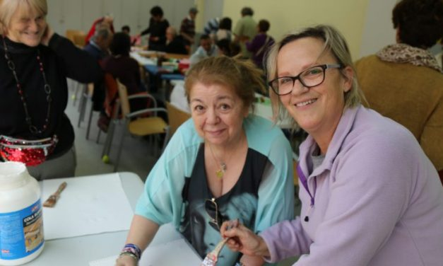 Elaboración del cartel por el Día de la Mujer en la Residencia de Afanias