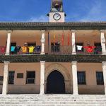 El Ayuntamiento viste su fachada con las camisetas de las peñas