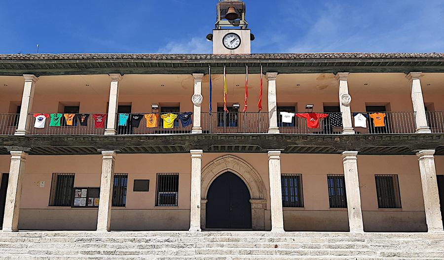 El Ayuntamiento de Torrelaguna viste su fachada con las camisetas de las peñas