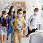 La Comunidad de Madrid ha aprobado la distribución gratuita de mascarillas higiénicas no reutilizables entre los alumnos de los centros educativos cuyas familias sean beneficiarias del Ingreso Mínimo Vital (IMV) o de la Renta Mínima de Inserción (RMI)
